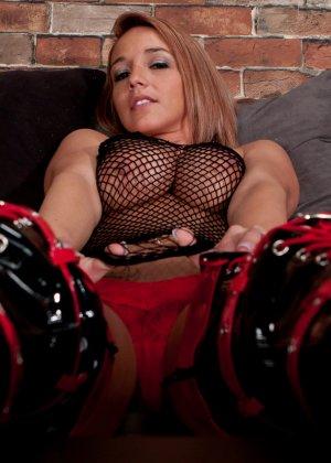 Никки Симс в сексуальном образе показывает свое соблазнительное тело - против нее не устоит никто - фото 12