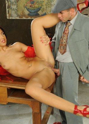 Развратная азиатка в красном платье ебется с таксистом и шефом в офисе - фото 14