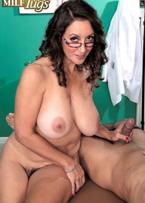 Брюнетка в сексуальном белье и огромными дойками ебется между сисек - фото 11