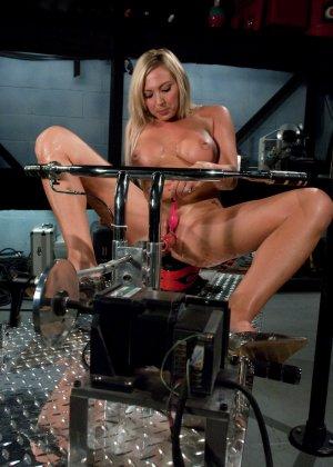 Рисковая блондинка пробует себя на мощной машине, которая доставляет массу удовольствия - фото 7