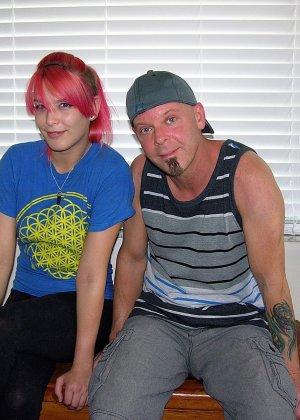 Телка с красными волосами и пирсингом дрочит член любовнику - фото 1