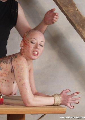 Лысая голая телка в краске улыбается перед своим мужиком - фото 2