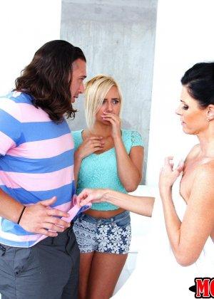 Две развратницы накидываются на мужской член, чтобы показать ему настоящий класс - фото 9