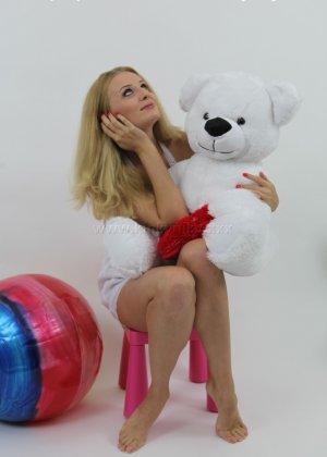 Не опытная блондинка трахает себя длинным пальчиком в попку - фото 6