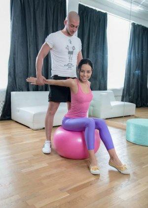 Девушка-гимнастка умеет садиться на шпагат и не только, чем завлекает молодого опытного жеребца - фото 1
