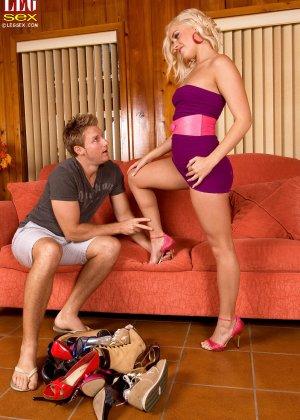 Жейден Пирсон примеряет на себя разные туфельки и позволяет целовать свои ножки, одновременно подставляя пизду - фото 9