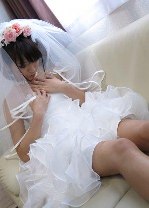 Девушка с азиатской внешностью в свадебном платье не может дождаться брачной ночи и мастурбирует - фото 2