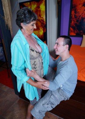 Женщина в почтенном возрасте соблазняет молодого мужчину и он устраивает ей хорошую еблю - фото 9