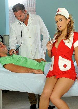 Медсестра в больнице в короткой юбке делает минет доктору и ебется с пациентом - фото 4