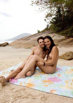 Парочка уединяется на пляже, а девушка оказывается мужчиной и трахает своего партнера в анус - фото 24
