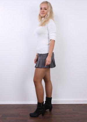 В чешском кастинге участвует милая блондинка, которая всегда готова слушаться фотографа и исполнять его указания - фото 3