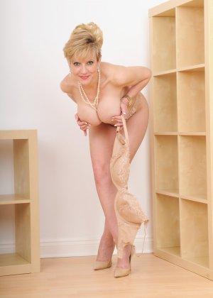 Леди Соня – зрелая блондинка, которая показывает себя со всех сторон, представляя самые выгодные части тела - фото 7