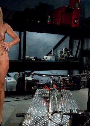 Рисковая блондинка пробует себя на мощной машине, которая доставляет массу удовольствия - фото 8
