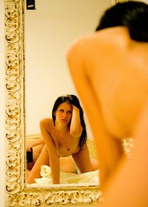 Девушка готова отсасывать член до тех пор, пока он не встанет и садится на него своей пизденкой - фото 1