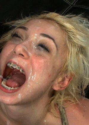 Моретта разрешает драть себя во все щели, а в завершении принимает фонтан спермы от нескольких мужчин - фото 22