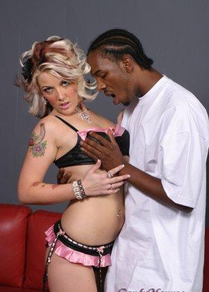 Негр берет в свои крепкие руки блондинку в тату и ебет в ротик - фото 3