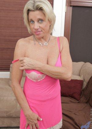 Зрелая блондинистая женщина развлекается перед камерой с новенькой секс игрушкой - фото 3