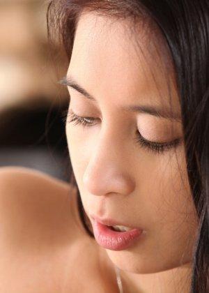 Молоденькая брюнетка доводит свою аккуратную киску до оргазма, а затем расслабленно ложится - фото 3