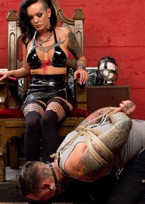 Татиурованная женщина и такой же паренек занимаются оригинальным сексом, где она является доминантом - фото 6