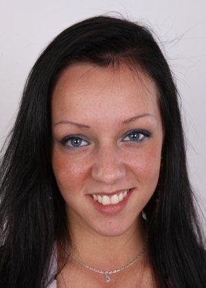 Девушка с весящими дойками улыбается голая на камеру в офисе - фото 2