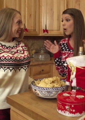 Шайна Лени и Бруклин Чейс в теплых свитерах готовят на кухне, а затем направляются в комнату к мужчине - фото 2