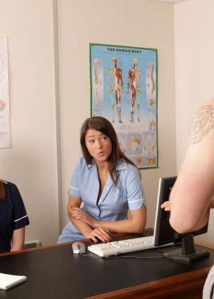 Две молодых медсестры разминают член тренеру по женскому футболу - фото 3
