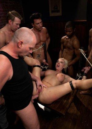 Блондинка показывает себя в полной красе – она готова принять в себя несколько членов и ублажить их - фото 2