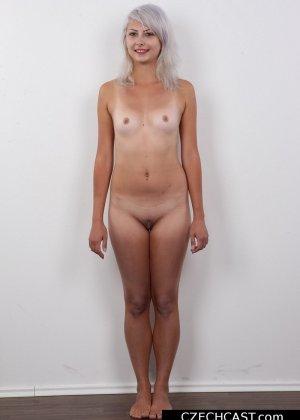 Блондинка с мелкой сиськой показала свою выбритую пизду - фото 11