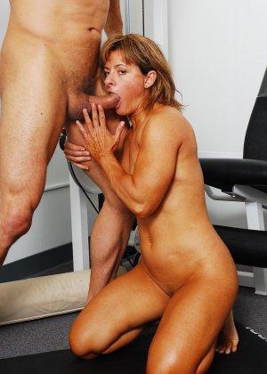 Тело этой женщины очень атлетично - она занимается бодибилдингом, но и про секс не забывает - фото 24
