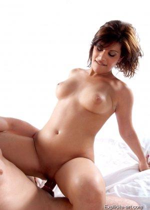 Свингеры обменялись партнерами и устроили страстную еблю на кровати - фото 5