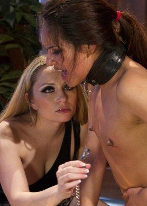 Красивые девушки в чулках ебутся в связаном виде на кровати в отеле - фото 15
