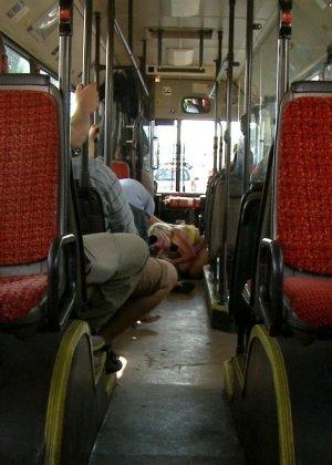 Голую блондинку имеют все пассажиры автобуса, которые хотят слить свою сперму на незнакомку - фото 11