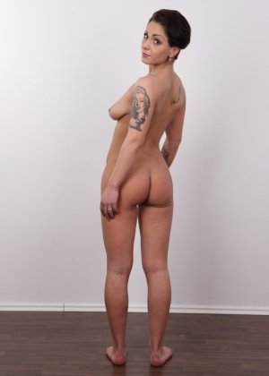 В чешском кастинге участвует девушка, которая демонстрирует свои татуировки на обнаженном теле - фото 13