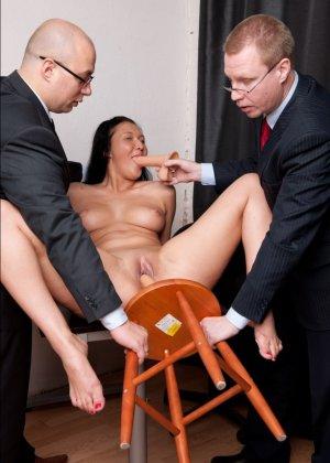 Два зрелых парня издеваются над красоткой суя ей в пизду секс игрушки - фото 9