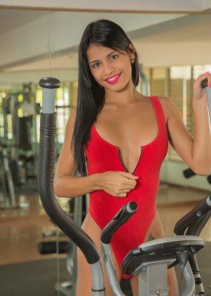 Денис Гомез занимается в спорт-зале и показывает свое идеальное тело с загорелой кожей – она очень сексуальна - фото 7