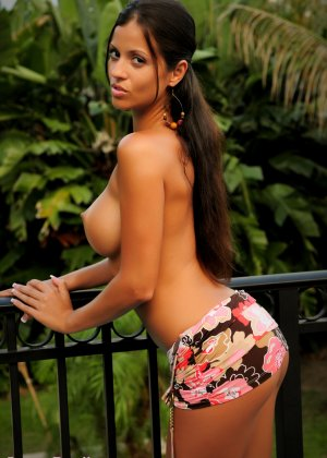 Эффектная бразильская брюнетка показывает свое невероятное тело, приманивая взглядом - фото 10