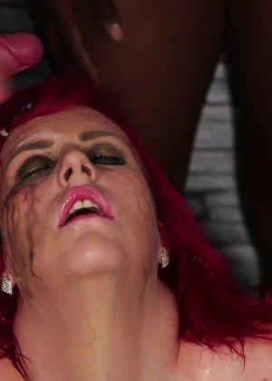Развратная женщина с необычной внешностью показывает свою смелость в сексуальном плане - фото 14