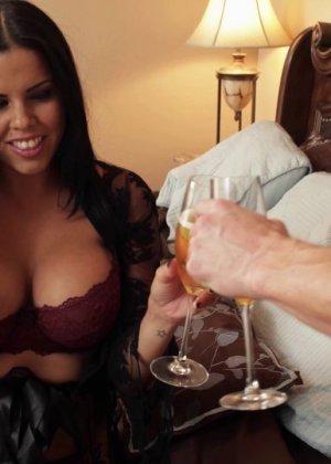 Сексуальная крошка разговаривает в тот момент, когда к ней пристраивается возбужденный мужчина - фото 6