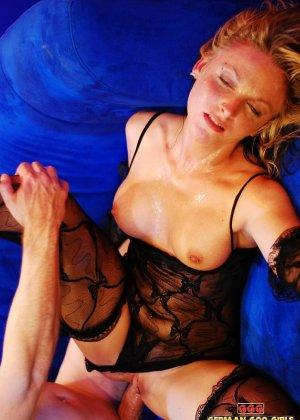 Уставшую блондинку жарят в два смычка пьяные друзья после клуба - фото 2