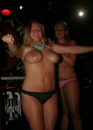 Пьяные девушки показывают свои обнаженные тела в стенах клуба - фото 1