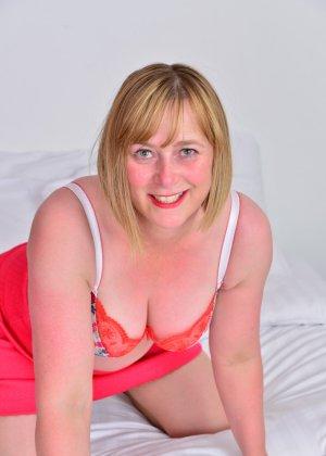 Зрелая женщина тоже хочет почувствовать себя желанной, поэтому раздевается до нижнего белья - фото 13
