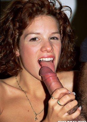 Кудрявая красотка приходит на порно-кастинг, ей предлагают удовлетворить двух похотливых жеребцов - фото 4