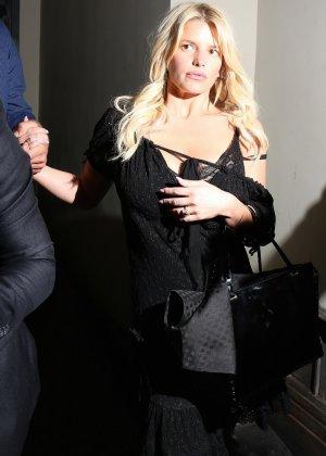 Развратную блондинистую актрису проводит к машине её хахаль - фото 6