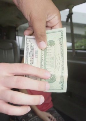 Предложив кругленькую сумму денежек блондинке парень всунул ей в рот хуй - фото 5