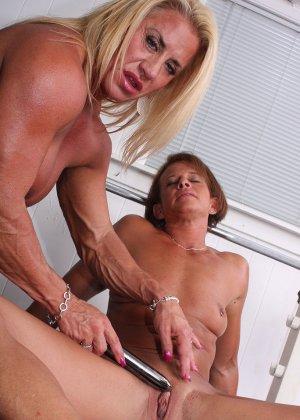 Два транса развлекаются друг с другом в спорт-зале, получая удовольствие от взаимных ласк - фото 14