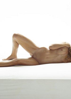 Эротические фото красивой худенькой девушки с маленькой грудью - фото 11