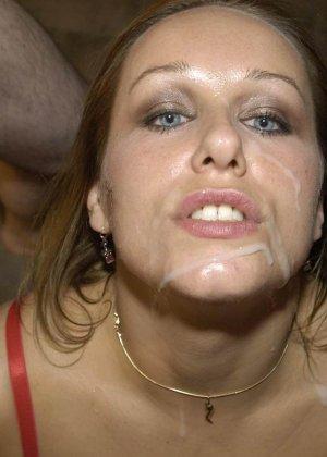 Симпатичной красотке кончили на лицо и заставили облизывать сперму - фото 6