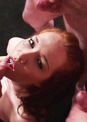 Рыжей шлюшке извергают огромное количество спермы на её личико - фото 6