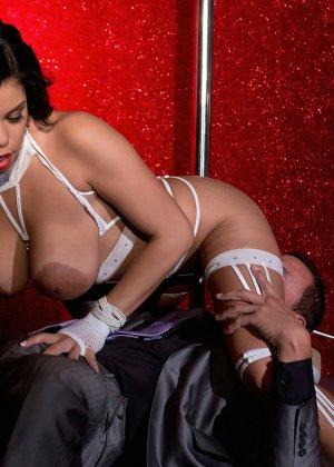 Роскошная стриптизерша соблазняет мужчину и он готов сделать для нее всё, что она захочет - фото 11