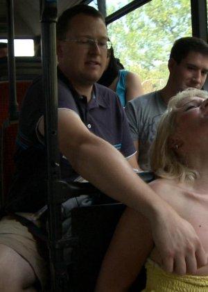 Блондинку ебут на публике в трамвае после длинного рабочего дня - фото 16